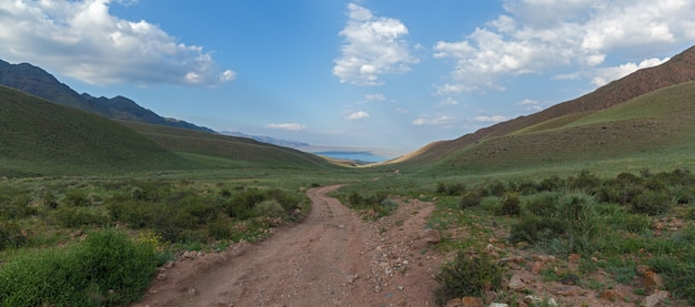 Steppe kazakhstan、trans-ili alatau、高原アッシー、道路は山中にあります