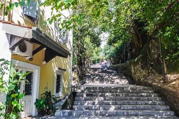 코토르 만 헤르체그 노비의 유서 깊은 구시가지에 있는 계단식 도로. kanli kula 방어 요새로 가는 관광 루트. 몬테네그로 여행.
