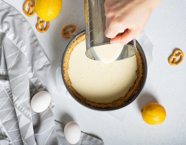 Шаги по приготовлению простого лимонного пирога с крекерами и кремовой начинкой.