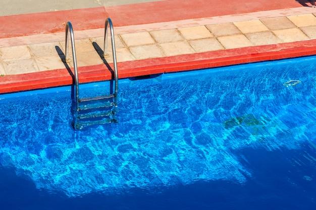 プールへのステップ