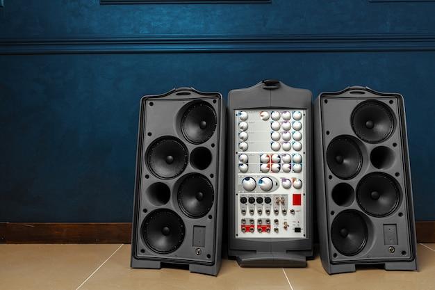 큰 스피커와 앰프가 장착 된 스테레오 오디오 시스템