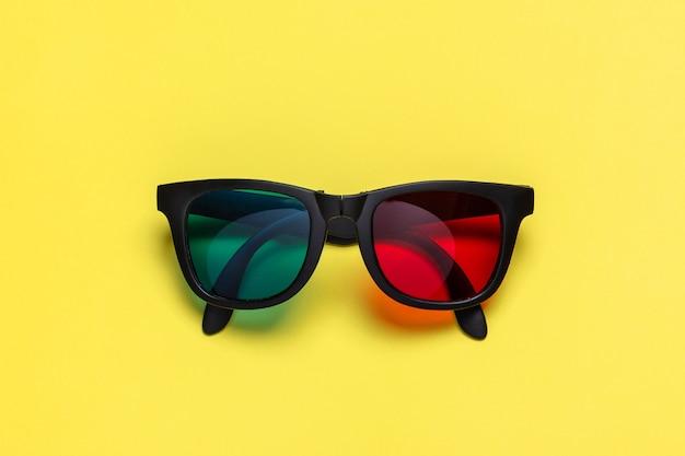 黄色の背景にステレオメガネ