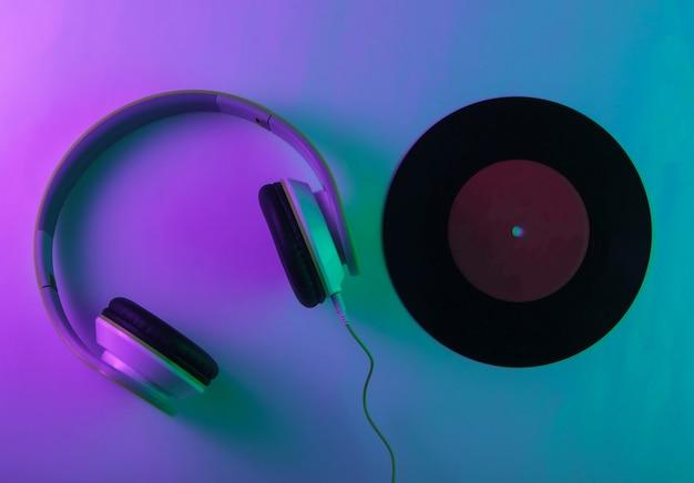 비닐 레코드가있는 스테레오 헤드폰