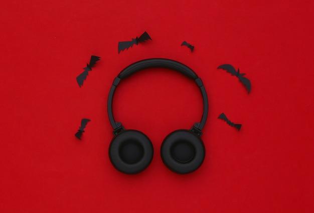 빨간색 배경에 박쥐가 있는 스테레오 헤드폰
