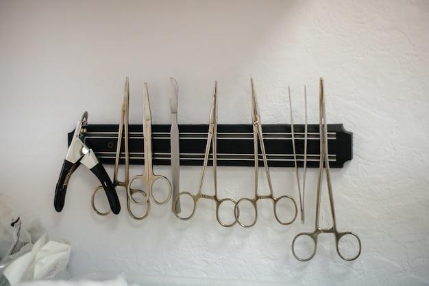 Стерильный медицинский инструмент крупным планом на столе перед операцией.