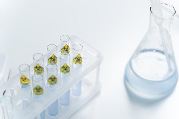 멸균 피펫은 유리 플라스크에 있고 시약, 과학 및 연구 개념의 샘플을 채취하는 데 사용됩니다.