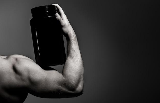 ステロイド、スポーツビタミン、ドーピング、アナボリック、タンパク質。筋肉質の手、上腕三頭筋。強い手