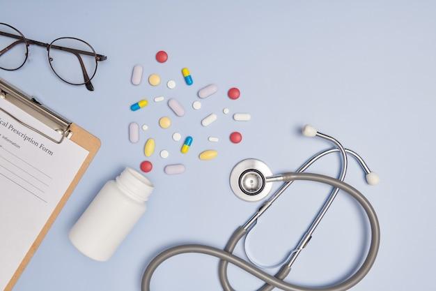 청진기, 펜 및 빈 처방전 패드. 의학 또는 약국 개념. 사용할 준비가 된 빈 의료 양식. 현대 의료 정보 기술.