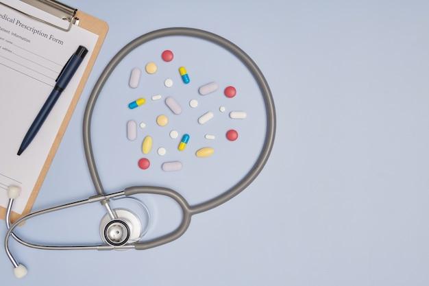 Стетоскоп, ручка и пустой блокнот для рецептов. концепция медицины или аптеки. пустая медицинская форма готова к использованию. современные медицинские информационные технологии.