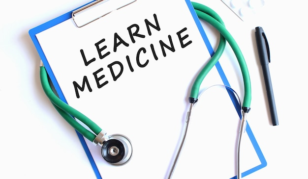 Learnmedicineを備えた聴診器と青いクリップボード