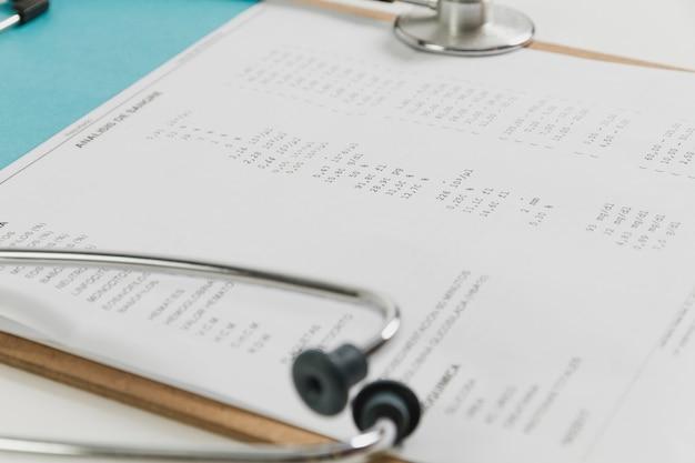 聴診器とチェックリストクローズアップ