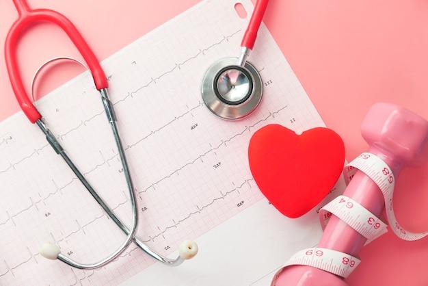 Стетоскоп и сердце на кардио-диаграмме.