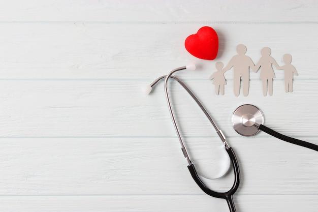 Стетоскоп и сердце на цветном фоне вид сверху семейной медицины