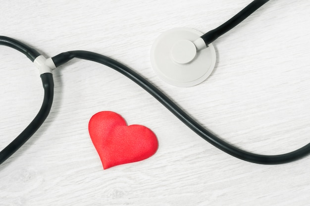 聴診器と明るい背景の上面に心。ヘルスケアのコンセプト