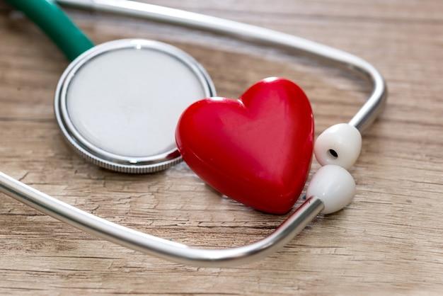 テーブルの上の聴診器と心臓。
