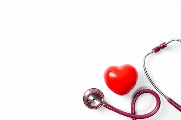 청진 기 및 흰색 배경에 고립 된 붉은 마음심장 관리