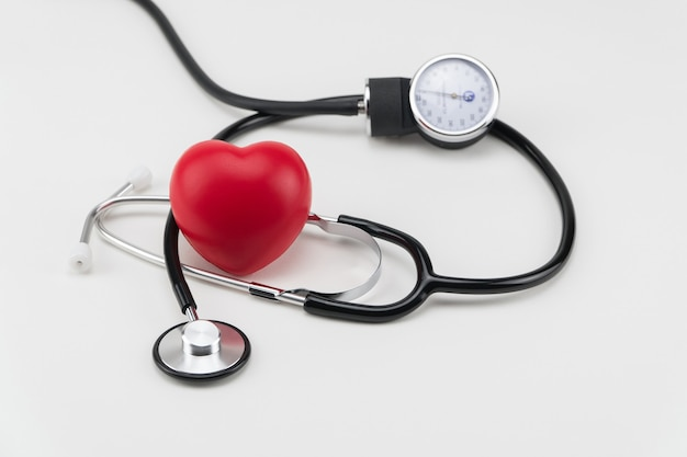 聴診器とおもちゃの心臓。コンセプトヘルスケア。心臓病学-心臓のケア