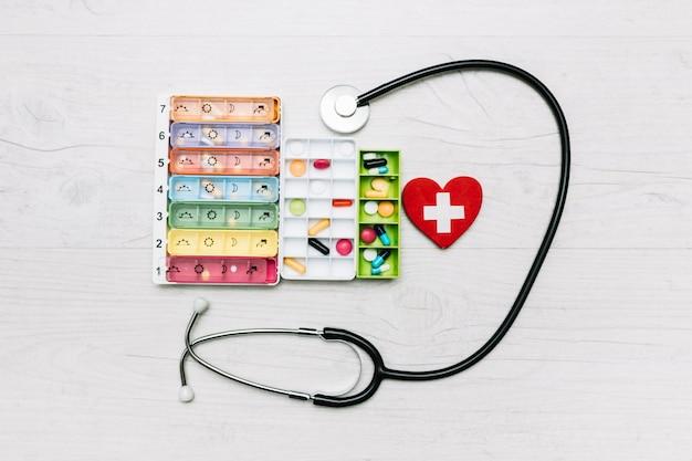 Stetoscopio un cuore vicino agli organizzatori di pillola