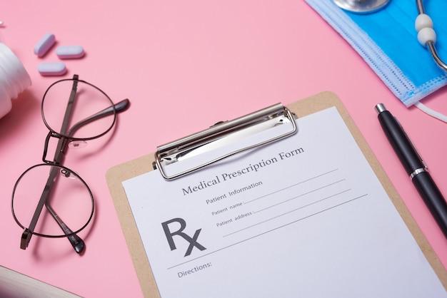 의사 책상, 의료 개념에 청진 기입니다. 코로나 바이러스 (코로나 19. 핑크 책상에 청진 기, 안경 및 얼굴 마스크. 바이러스, 코로나 바이러스, 독감, 감기, 질병으로부터 보호합니다. 평평한 평신도. 평면도