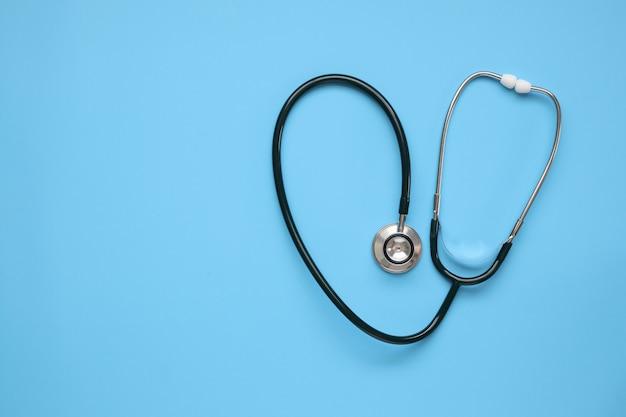 青いテーブル、ヘルスケアの概念に聴診器医療機器