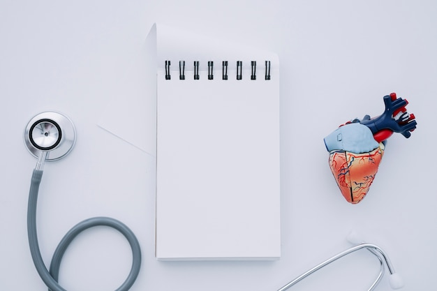 Стетоскоп, ноутбук и реалистичное сердце