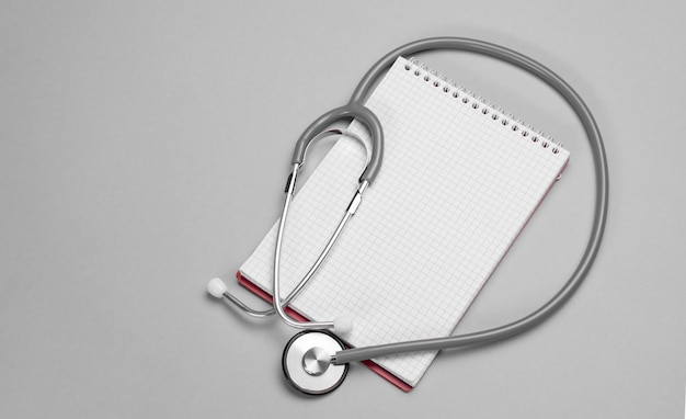 청진 기, 회색 배경에 메모장입니다. 복사 공간 의료 및 의료 개념입니다. 배너