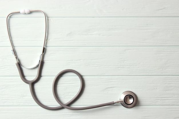 Стетоскоп на цветном фоне. здоровье, медицина. фото высокого качества