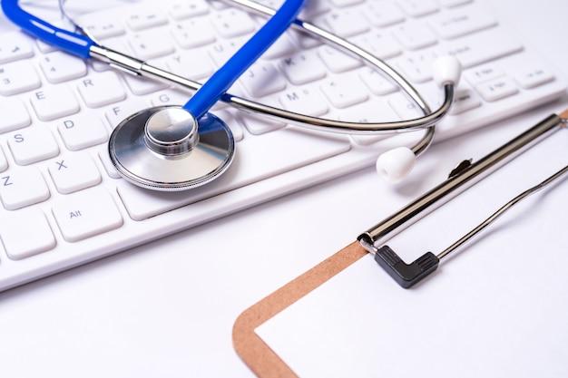 컴퓨터 키보드에 청진 기입니다. 의사 쓰기 의료 사례 장기 치료 치료 개념 매크로 복사 공간을 닫습니다