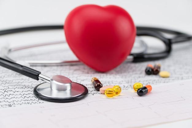心電図の聴診器、およびおもちゃの心臓。コンセプトヘルスケア。心臓病学-心臓のケア