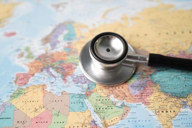 ヨーロッパの世界の地球地図の背景の聴診器。