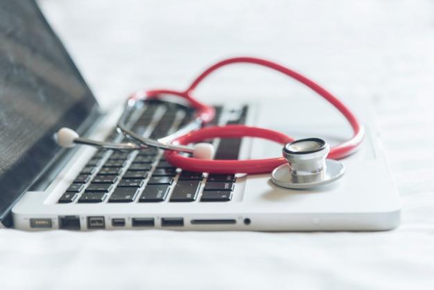 医師の実験室でヘルスケア医師のためのラップトップ上の聴診器。医療ヘルスケアのコンセプトです。