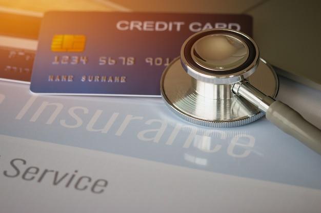 Стетоскоп на макет кредитной карты с номером на держателе карты в офисе больницы