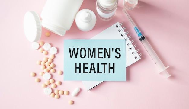 의료 개념으로 여성의 건강 단어와 참고 도서에 청진기