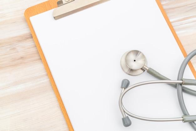 Stetoscopio sulle informazioni del paziente