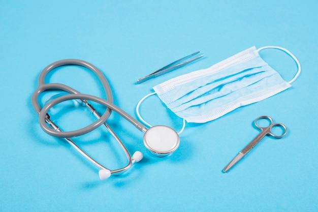 청진기; 수술 마스크; 가위 및 배경색에 핀셋