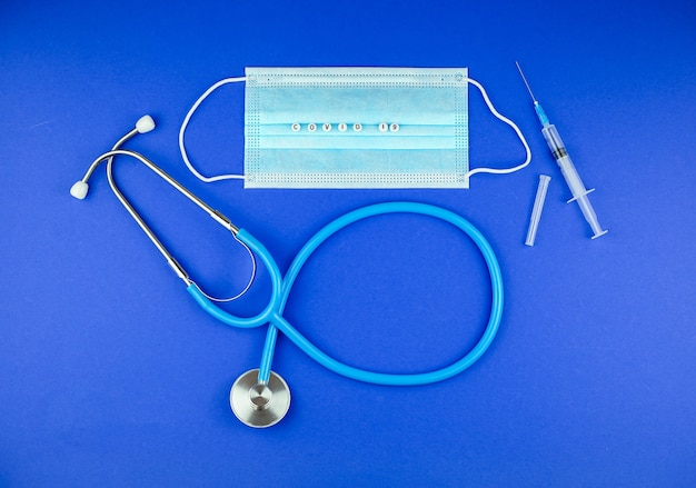 聴診器、注射器、医療用マスク、ワードコビッド