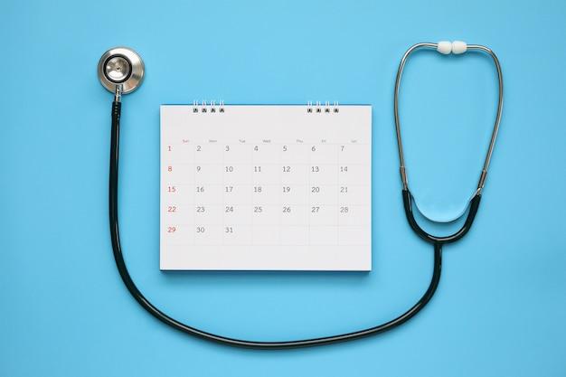 Стетоскоп с концепцией назначения врача календаря