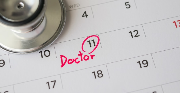 カレンダーページの日付、医師の予定医療コンセプトと聴診器