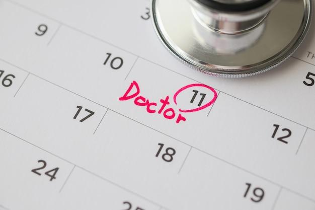 Стетоскоп с календарем, стеной, датой, назначением врача, медицинская концепция