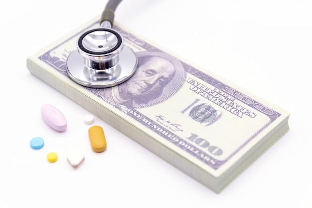 Стетоскоп с долларовой банкой и капсулами