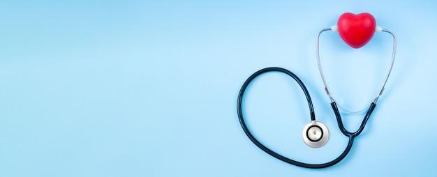 医者のテーブルに赤いハートの聴診器