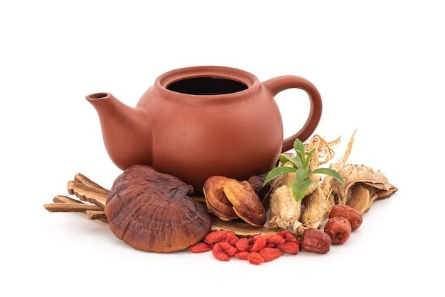 스테비아 분기 녹색 잎, reishi 또는 lingzhi 버섯, 구기 베리, jujuba, 인삼 및 안젤리카 sinensis 흰색 배경에 고립.