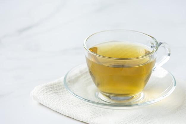 Чай из стевии в стеклянной чашке на столе