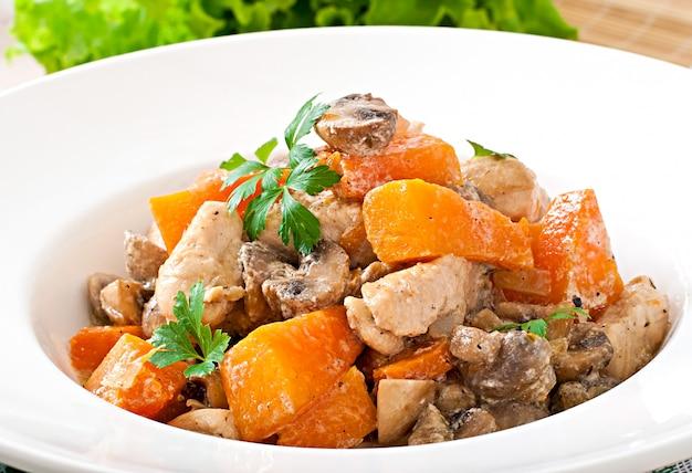 크림 소스에 야채와 버섯으로 닭고기 스튜