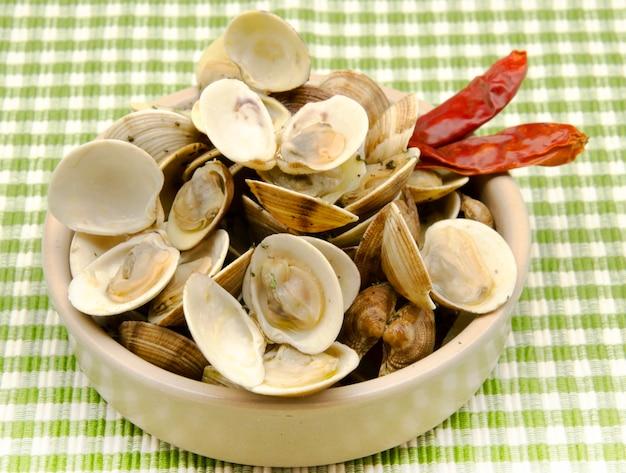 Тушеные моллюски на пару с чесноком