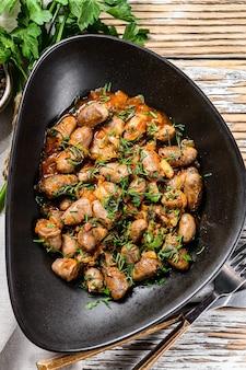 Рагу с куриными сердечками и овощами со свежей петрушкой