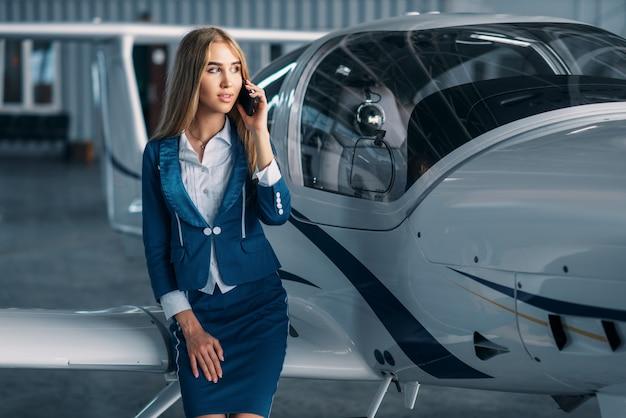 Стюардесса против винтового двигателя самолета