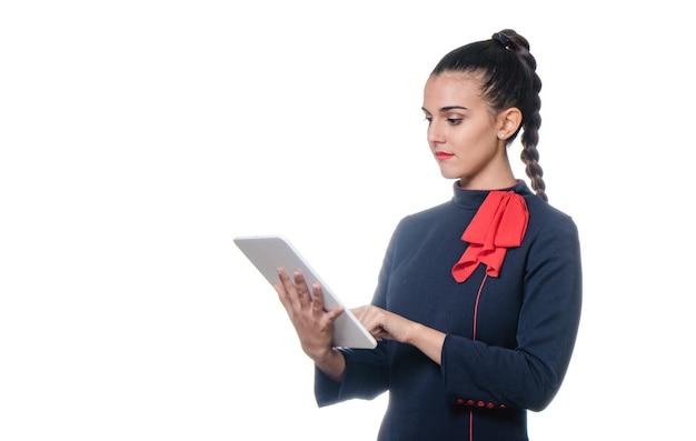 Стюардесса с помощью планшета на белом фоне