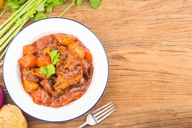 Тушеный говяжий хвост с морковью и картофелем