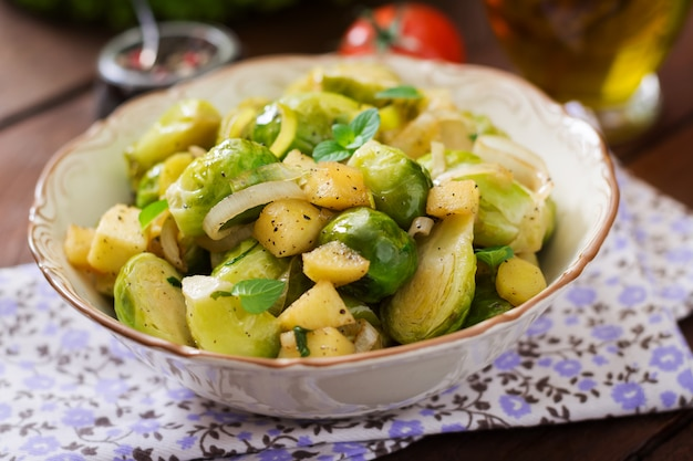 그릇에 조림 브뤼셀 양배추 콩나물, 사과, 파. 식이 메뉴.